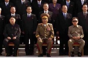 Kim Jong-Un a la izquierda de la imagen.