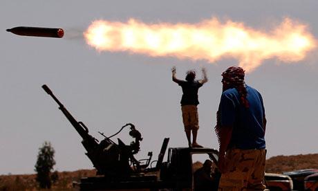 Rebeldes disparan cohetes cerca de Sirte (Goran Tomasevic/Reuters).