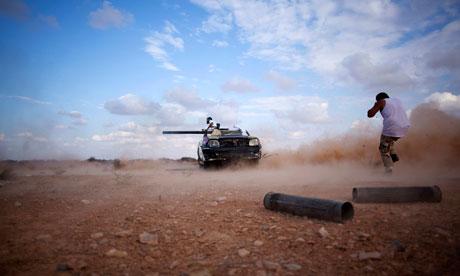 Rebeldes libios disparan cerca de Sirte (Manu Brabo/AP).