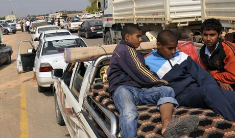 Miles de personas huyen de Sirte (Bela Szandelsky/AP).