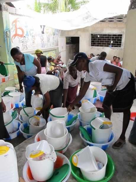 Higiene contra epidemias. Los kits de higiene como este de Oxfam contienen material esencial de uso personal como pastillas de jabón, champú, pasta de dientes, artículos de higiene íntima femenina, toallas, una palangana y un cubo para poner agua (Oxfam).
