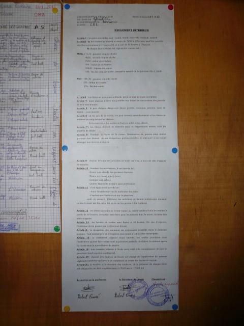 Uno de los trabajos de los alumnos de Sansana junto al documento sobre el reglamento escolar que indica, entre otros puntos, que la jornada escolar es de lunes a viernes (Foto: David Murcia).
